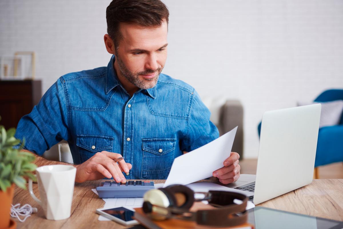 SCPI Bordeaux – homme calculant ses possibilités d'investissement