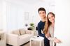location appartement neuf bordeaux - Un couple d'étudiants faisant visiter leur nouvel appartement