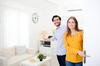 Un couple faisant visiter son appartement