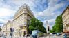 Loi Climat et Résilience à Bordeaux – Vue d'une rue bordelaise bordée d'arbres avec tram et immeubles anciens