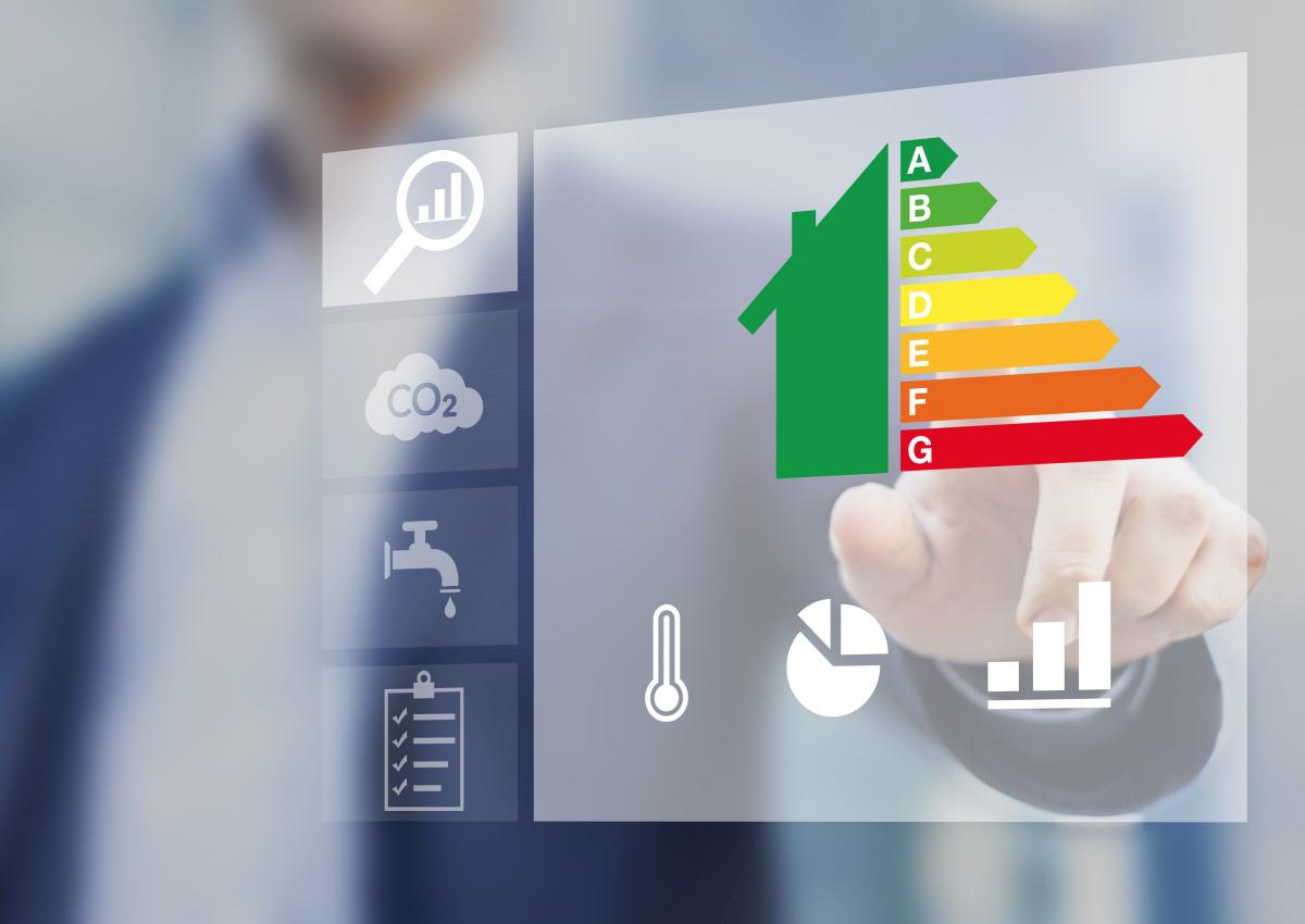 Loi Climat et Résilience à Bordeaux – Homme validant une étiquette de performance énergétique de manière numérique