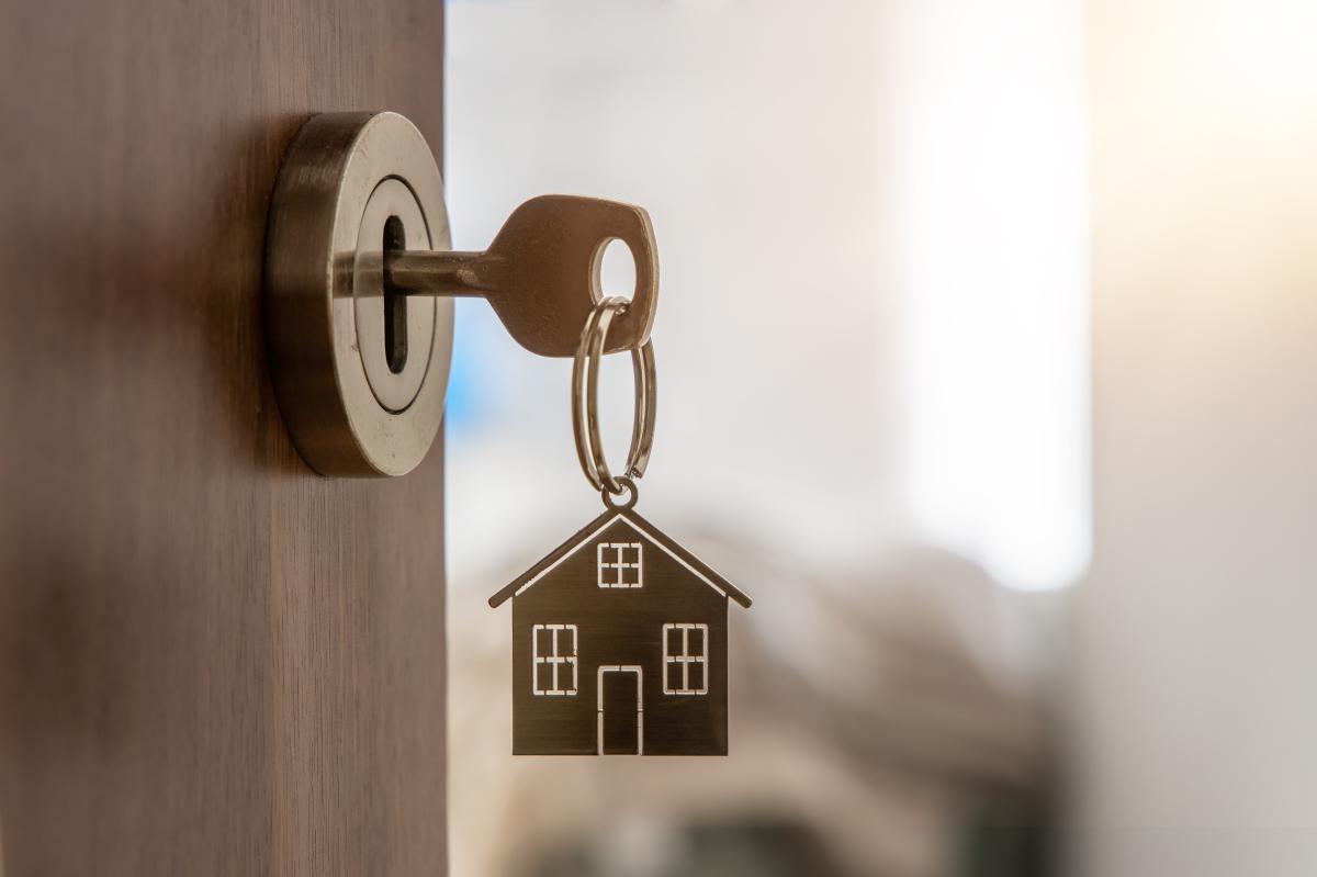Logement étudiant à Bordeaux – Porte-clé en forme de maison sur une porte ouverte