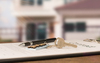 Logement étudiant à Bordeaux – Contrat avec clés et stylo pesé dessus