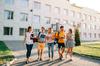Logement étudiant à Bordeaux – Groupe d'étudiants sortant de l'université en train de discuter