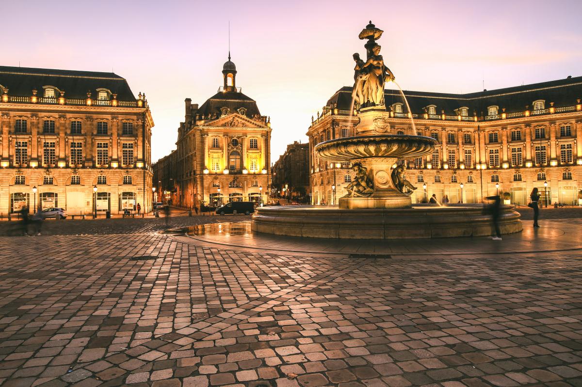 Résidences secondaires à Bordeaux – Place de la Bourse de nuit