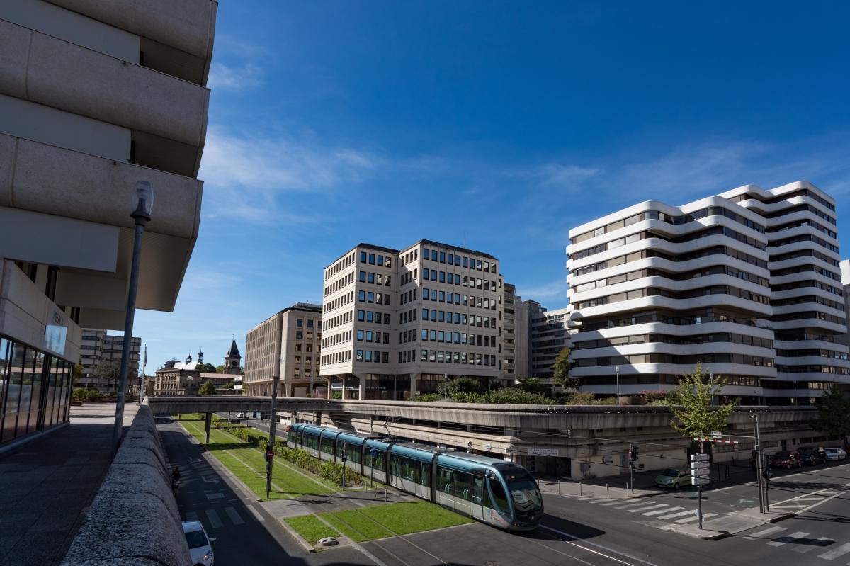 Loi Pinel Bordeaux – Tram passant au pied d'immeubles neufs dans le quartier Mériadeck