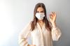 Pass sanitaire et location – Jeune femme portant un masque chirurgical