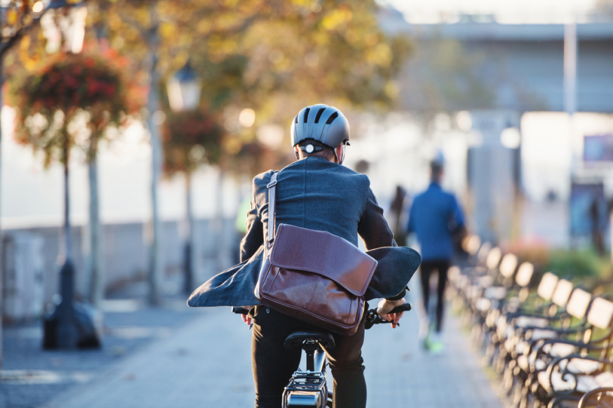 Boulevard des frères Moga à Bordeaux – homme faisant du vélo