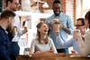 Coworking à Bordeaux – Un groupe de collègues rit autour d'un café
