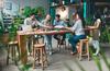 Coworking à Bordeaux – Un groupe de jeunes entrepreneurs travaillant ensemble sur un projet dans un espace de coworking