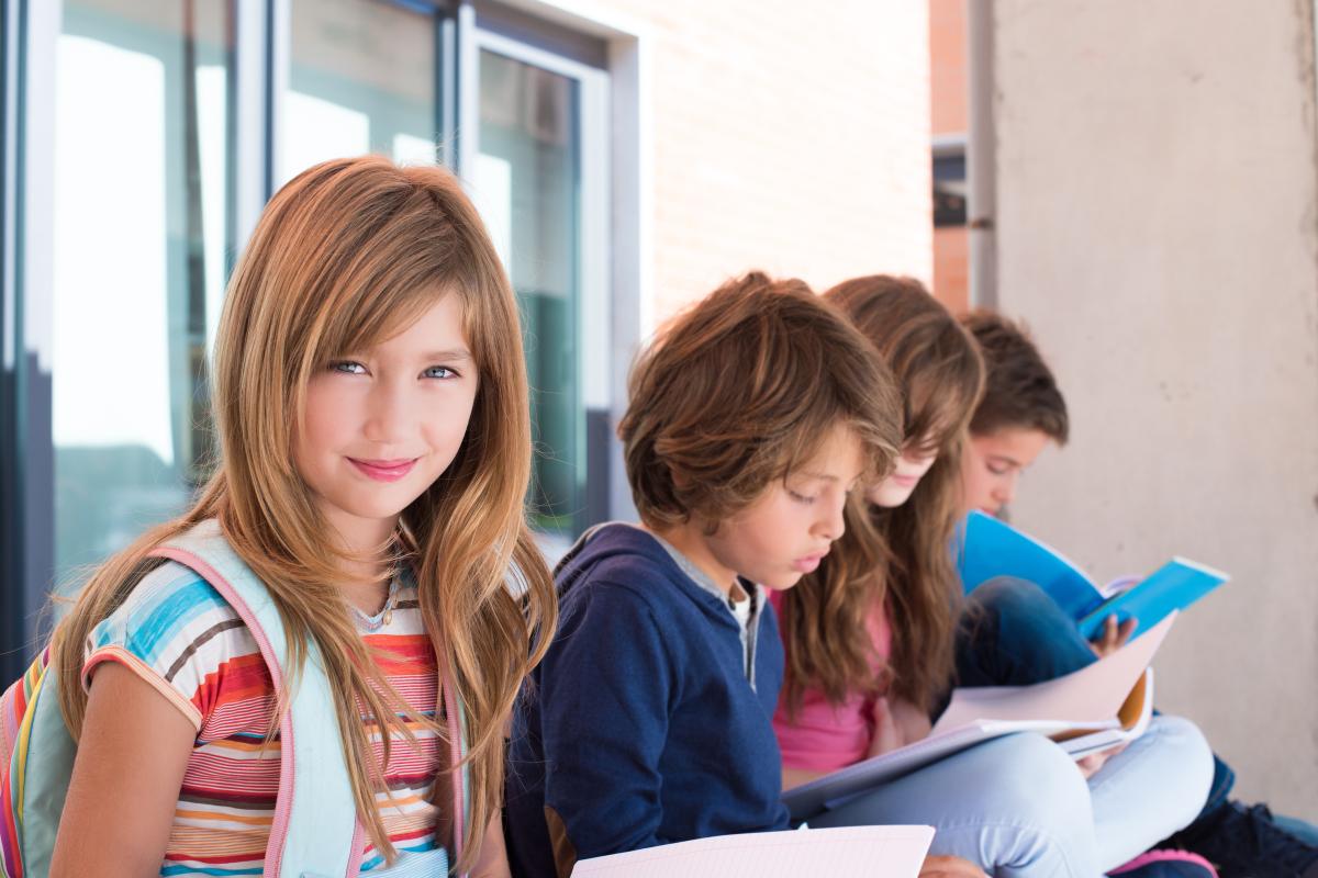 meilleures écoles – enfants qui révisent leurs cours