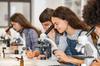 meilleures écoles – des lycéens en cours de sciences